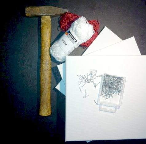 Wollbild Utensilien: Catania Wolle von MyOma, Naegel, Leinwand und Hammer