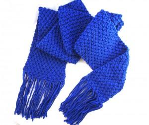 Blauer MyOma Schal gestrickt im Perlenmuster