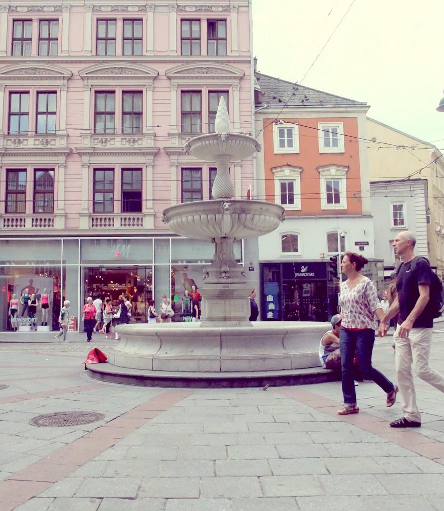 Sparkassenbrunnen am Taubenmarkt in Linz beim Oma Treffen
